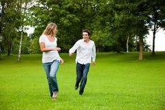 Couples dans l'amour se chassant Photo libre de droits