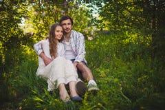 Couples dans l'amour se reposant au parc d'été Photos stock