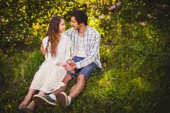 Couples dans l'amour se reposant au parc d'été Photographie stock libre de droits