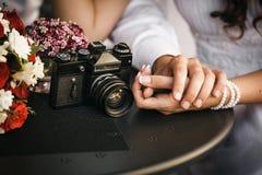 Couples dans l'amour se reposant en café, tenant la main de chacun Conce Photos libres de droits