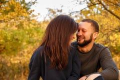 Couples dans l'amour se reposant en parc d'automne Photos libres de droits
