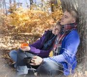 Couples dans l'amour se reposant en parc d'automne Photos stock