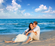 Couples dans l'amour se reposant en plage bleue Photographie stock libre de droits