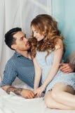 Couples dans l'amour se reposant près de la fenêtre Offre et sensation romantique photographie stock