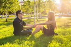Couples dans l'amour se reposant sur l'herbe Concept d'amour, de relations, d'amitié et de loisirs Image libre de droits