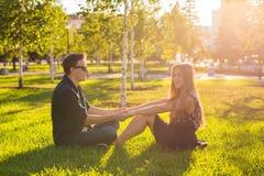 Couples dans l'amour se reposant sur l'herbe Concept d'amour, de relations, d'amitié et de loisirs Photographie stock