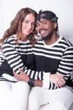 Couples dans l'amour se reposant sur le divan Images stock