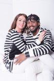 Couples dans l'amour se reposant sur le divan Photo stock