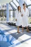 Couples dans l'amour se tenant à côté d'une piscine dans une robe longue Photos libres de droits