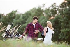 Couples dans l'amour se tenant à une motocyclette Nature verte Images libres de droits