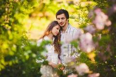 Couples dans l'amour se tenant au parc d'été Photo libre de droits