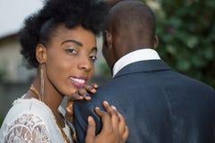 Couples dans l'amour se tenant dehors Images libres de droits