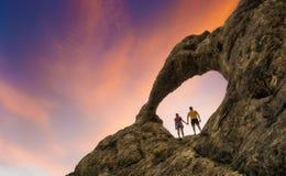 Couples dans l'amour se tenant sous la voûte en pierre Image libre de droits