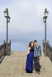 Couples dans l'amour se tenant sur les escaliers en pierre avec des lanternes Photographie stock