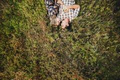 Couples dans l'amour se trouvant sur l'herbe Photo stock