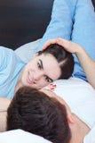 Couples dans l'amour se trouvant sur le lit dans la chambre à coucher au matin Images stock