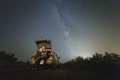 Couples dans l'amour sous des étoiles de galaxie de manière laiteuse Photo libre de droits