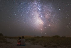 Couples dans l'amour sous des étoiles de galaxie de manière laiteuse Photos libres de droits