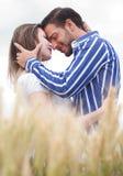 Couples dans l'amour sous le ciel Photographie stock