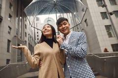 Couples dans l'amour sous le parapluie à l'arrière-plan du mail Photo stock