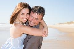 couples dans l'amour sur extérieur sensuel renversant de plage Photo libre de droits