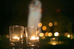 Couples dans l'amour sur l'herbe avec des bougies au nigth Photographie stock libre de droits