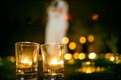 Couples dans l'amour sur l'herbe avec des bougies au nigth de yje Photos stock