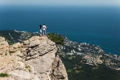 Couples dans l'amour sur la falaise par la mer images libres de droits