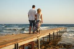 Couples dans l'amour sur la mer Photo libre de droits