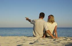 Couples dans l'amour sur la mer Images stock
