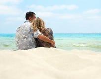 Couples dans l'amour sur la mer Photo stock