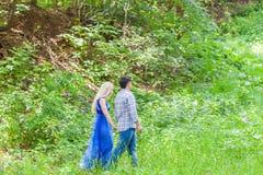 Couples dans l'amour sur la nature d'été Image stock