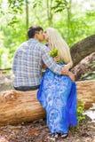 Couples dans l'amour sur la nature d'été Photos stock