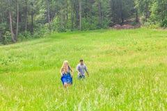 Couples dans l'amour sur la nature d'été Image libre de droits