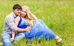Couples dans l'amour sur la nature d'été Photographie stock libre de droits
