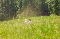 Couples dans l'amour sur la nature d'été Photo stock
