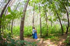 Couples dans l'amour sur la nature d'été Photo libre de droits