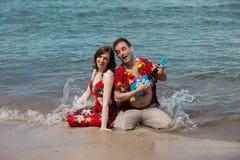 Couples dans l'amour sur la plage Images libres de droits