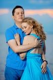 Couples dans l'amour sur la plage Jeune femme et homme de beauté au s Images stock