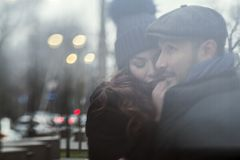 Couples dans l'amour sur la rue Image libre de droits