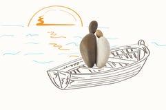Couples dans l'amour sur le bateau admirant le coucher du soleil Images stock