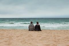Couples dans l'amour sur le bord de mer Photographie stock libre de droits