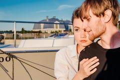 Couples dans l'amour sur le dock pendant le coucher du soleil photos stock