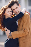 Couples dans l'amour sur le fond de la ville de ressort Photographie stock
