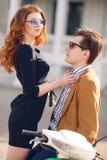 Couples dans l'amour sur le fond de la ville de ressort Images stock