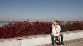 Couples dans l'amour sur le fond de ville banque de vidéos