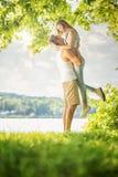 Couples dans l'amour sur le lac, étreinte Photos stock