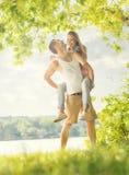 Couples dans l'amour sur le lac, étreinte Photo libre de droits