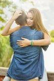 Couples dans l'amour sur le lac, étreinte, plan rapproché Photos libres de droits