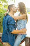 Couples dans l'amour sur le lac, étreinte, plan rapproché Photographie stock